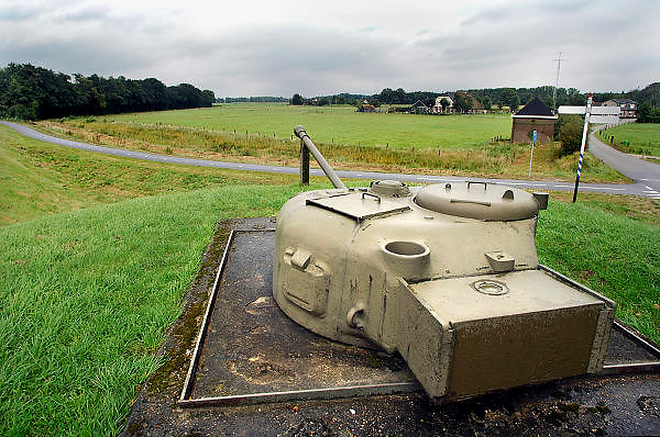 Nederland,Olst, 20-9-2007Geschutskoepel van een Sherman tank uit wo2 als onderdeel van de IJssellinie. Doel van het verdedigingswerk was bij een russische aanval het gebied tussen kampen en Nijmegen onder water te zetten,innunderen, om tijdwinst te boeken. Hiervoor waren op verschillende plaatsen inlaten gemaakt. Deze waren in de dijk gebouwd en konden geopend worden om het land binnendijks onder water te zetten. Kanonnen moesten deze inlaatplaatsen beschermen. Vrijwilligers hebben voor behoud van diverse objecten gezorgd.Foto: Flip Franssen/Hollandse Hoogte