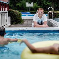 Nederland, Sint Pancras, 4 augustus 2016.<br /> Tim Groen (28). Hij is werktuigbouwkundige en heeft onderzocht hoe openluchtzwembaden op meer milieuvriendelijke manier verwarmd kunnen worden.<br /> <br /> <br /> Foto: Jean-Pierre Jans
