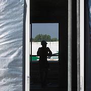 Nederland Zuid-Holland Zoetermeer  27-08-2009 20090827 Foto: David Rozing ..Serie over bouwsector. .Woningbouw, bouwvakker rust uit, leunt op reling in woning die in aanbouw is. Op de voorgrond isolatie materiaal rondom de voordeur. Worker taking a break, isolation materials. .Holland, The Netherlands, dutch, Pays Bas, Europe , slecht betaald, slecht betaalde, slechte motivatie, slechte werklust, staken, standaard perspectief, standaardperspectief, stilliggen, stock, stockbeeld, stockfoto, stop, stoppen, symbolisch, symbolische, techniek, technisch, technische, tele, telefoto, time out, tough, uitrusten, unrecognisable, van achteren gefotografeerd, veiligheid, veiligheidshelm, veiligheidskleding, veiligheidsmaatregel, veiligheidsmaatregelen, veiligheidsvoorschrift, veiligheidsvoorschriften, vent, vermoeiend, voordeur, weinig voldoening, werk, werken, werkgelegenheid, werkkleding, werknemer, werknemers, werkplek, werkterrrein, werkzaamheden, work, worker, workers, working class, zomers, zomerse dag, zonder inhoud, zonnig, zonnige, zwaar, zwaar beroep, zwaar werk, zware, zware beroepen