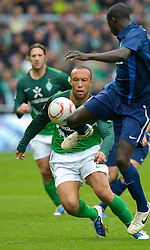 16.10.2010, Weser Stadion, Bremen, GER, 1.FBL, Werder Bremen vs SC Freiburg, im Bild Mikael SILVESTRE ( Werder #16 ) vs Papiss Cissé ( Freiburg #09 )    EXPA Pictures © 2010, PhotoCredit: EXPA/ nph/  Kokenge+++++ ATTENTION - OUT OF GER +++++