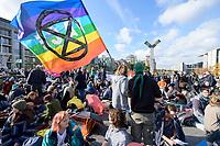 """09 OCT 2019, BERLIN/GERMANY:<br /> Junge Frau mit Flagge """"Pace"""" und Logo, Extinction Rebellion (XR), eine globale Umweltbewegung protestiert mit der Blockade von Verkehrsknotenpunkten fuer eine Kehrtwende in der Klimapolitik, im Hintergrund die Kuppel des Reichstagsgebaeudes, Marschallbruecke<br /> IMAGE: 20191009-02-033<br /> KEYWORDS: Demonstration, Demo, Demonstranten, Klima, Klimawandel, climate change, protest, Marschallbrücke"""