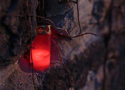 THEMENBILD - eine brennende Kerze in einer Steinmauer, aufgenommen am 03. Dezember 2017, Kaprun, Österreich // a burning candle in a stone wall on 2017/12/03, Kaprun, Austria. EXPA Pictures © 2017, PhotoCredit: EXPA/ Stefanie Oberhauser
