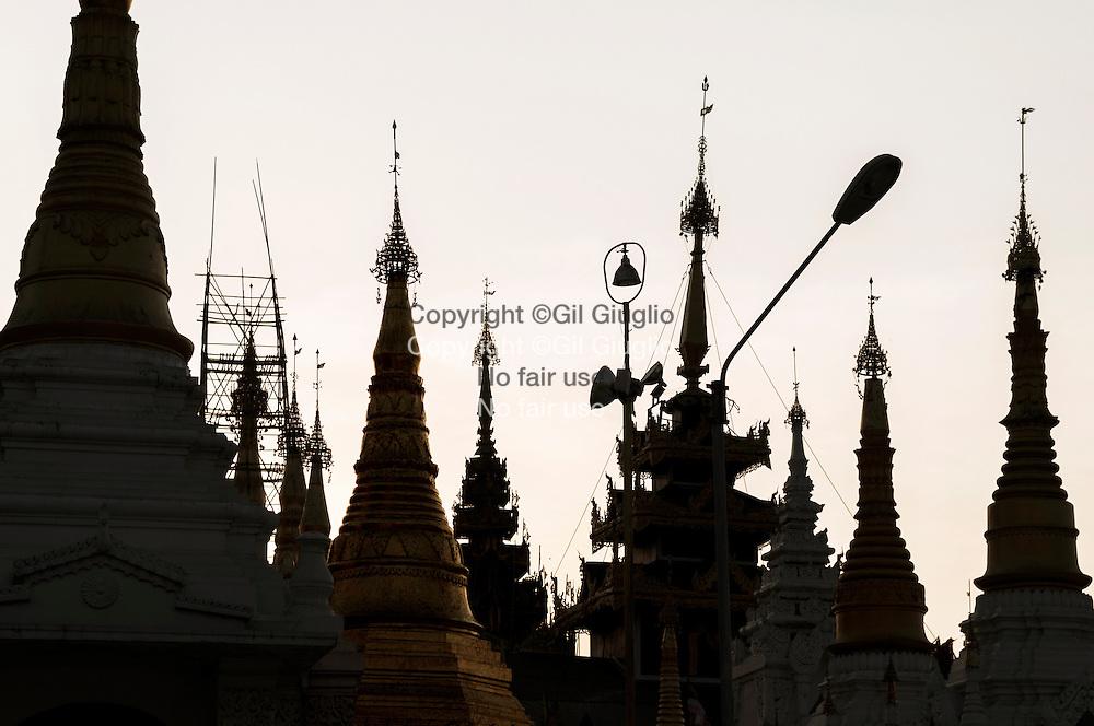 Myanmar, Yangon, pagode de la Swedagon, chapelles autour de la principal stupa // Myanmar, Yangon, Swedagon pagoda, chapels around the main stupa