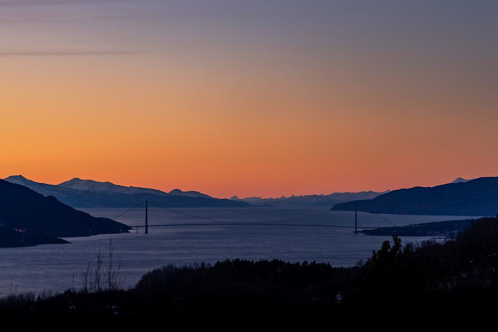 Mørketidslys og Ofotenfjorden viser seg bak Hålogalandsbrua i Narvik, Nordland.