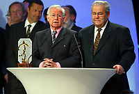 Fotball<br /> Prisutdeling i Frankrike<br /> 2. mai 2004<br /> Foto: Digitalsport<br /> NORWAY ONLY<br /> <br /> MICHEL HIDALGO RECEIVES A SPECIAL AWARD AS COACH OF THE FRENCH TEAM WHO WON THE EURO 84 / CLAUDE SIMONET (PDT FFF)