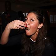 Beachclub Vroeger bestaat 1 jaar, Josefine van Asdonk eet een oester