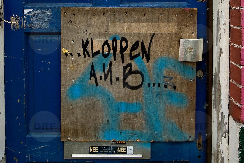 Nederland Rotterdam 8 maart 2008 20080308 .verpaupering aan deur in achterstandswijk Millinxbuurt in Rotterdam Zuid. .De Millinxbuurt bestaat uit een tiental straten in de deelgemeente Charlois in Rotterdam. In de buurt staat voornamelijk sociale woningbouw in de vorm van portiekwoningen. Er zijn enkele winkels en verschillende scholen..De buurt ligt tussen de Mijnsherenlaan en de Dordtselaan tussen de metrostations Maashaven en Zuidplein. Tot de zeventiger jaren was de Millinxbuurt een nette arbeidersbuurt, maar door verschillende oorzaken, waaronder de aanleg van de bovengrondse metro op de Mijnsherenlaan, en het verdwijnen van de autochtone middenklasse verloederde de buurt sterk..De buurt heeft geen goede naam en is voor de deelgemeente een plek waar wordt geëxperimenteerd met huisvestingsvergunningen en controle door de dienst stadstoezicht voordat men er mag komen wonen. De wijk is in verband met de hoge criminaliteit aangewezen als veiligheidsrisicogebied, waardoor preventief fouilleren is toegestaan...Foto David Rozing