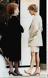 Prinzessin Diana mit Raine Spencer / GEB. SPENCER / Old<br /> Bond Street / unterhalten / Gespräch /<br /> Stiefmutter / Mutter / Wales / London