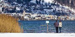 THEMENBILD - Spaziergänger am Ufer, aufgenommen am 03. April 2015, am Zeller See, Zell am See, Oesterreich // Stroller at the Lake Zell, Zell am See, Austria on 2015/04/03. EXPA Pictures © 2015, PhotoCredit: EXPA/ JFK