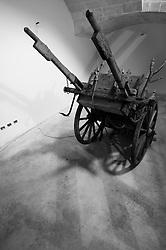 Cutrofiano (Le) - Cantine Aperte 2010 - Masseria L'Astore - Una vecchia carrozza viene conservata come ornamento, avendo concluso ormai il proprio ciclo di utilizzo.