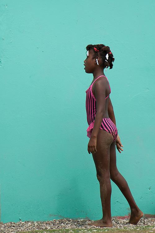 Niña con bañador rosa / Viento Frío, Panamá.<br /> <br /> Edición de 10 | Víctor Santamaría.
