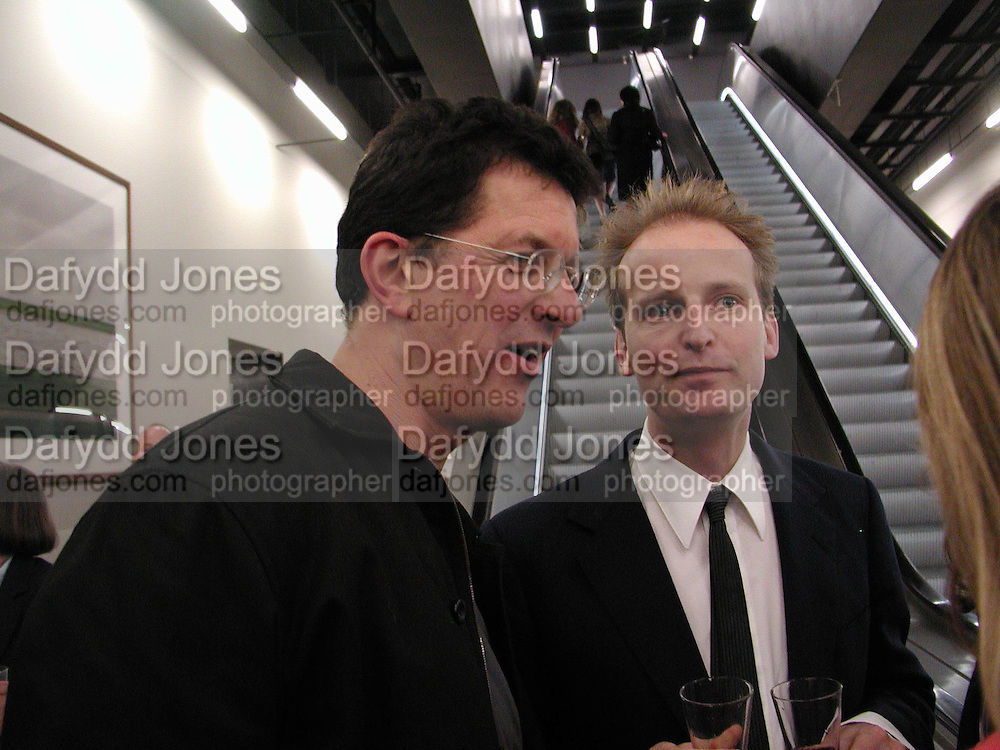 Anthony gormley and Dominic Burning. Reception at the Tate Modern  to celebrate the first anniversary. 10 May 2001. © Copyright Photograph by Dafydd Jones 66 Stockwell Park Rd. London SW9 0DA Tel 020 7733 0108 www.dafjones.com