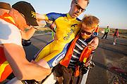 Jan Marcel van Dijken komt gesloopt aan op de vijfde racedag. In Battle Mountain (Nevada) wordt ieder jaar de World Human Powered Speed Challenge gehouden. Tijdens deze wedstrijd wordt geprobeerd zo hard mogelijk te fietsen op pure menskracht. Ze halen snelheden tot 133 km/h. De deelnemers bestaan zowel uit teams van universiteiten als uit hobbyisten. Met de gestroomlijnde fietsen willen ze laten zien wat mogelijk is met menskracht. De speciale ligfietsen kunnen gezien worden als de Formule 1 van het fietsen. De kennis die wordt opgedaan wordt ook gebruikt om duurzaam vervoer verder te ontwikkelen.<br /> <br /> Jan Marcel van Dijken finishes at the fifth racing day. In Battle Mountain (Nevada) each year the World Human Powered Speed Challenge is held. During this race they try to ride on pure manpower as hard as possible. Speeds up to 133 km/h are reached. The participants consist of both teams from universities and from hobbyists. With the sleek bikes they want to show what is possible with human power. The special recumbent bicycles can be seen as the Formula 1 of the bicycle. The knowledge gained is also used to develop sustainable transport.