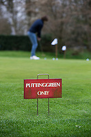 LOCHEM -  Alleen putten op de puttingreen.  Lochemse Golf Club De Graafschap. COPYRIGHT KOEN SUYK