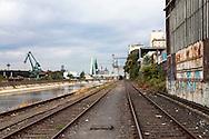 Europa, Deutschland, Koeln, Schienen im Deutzer Hafen, im Hintergrund der Dom.<br /> <br /> Europe, Germany, Cologne, tracks in the Rhine harbor in the district Deutz, in the background the cathedral.