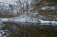 A steep sandstone bluff slopes down to the water at Franklin Creek State Park.<br />