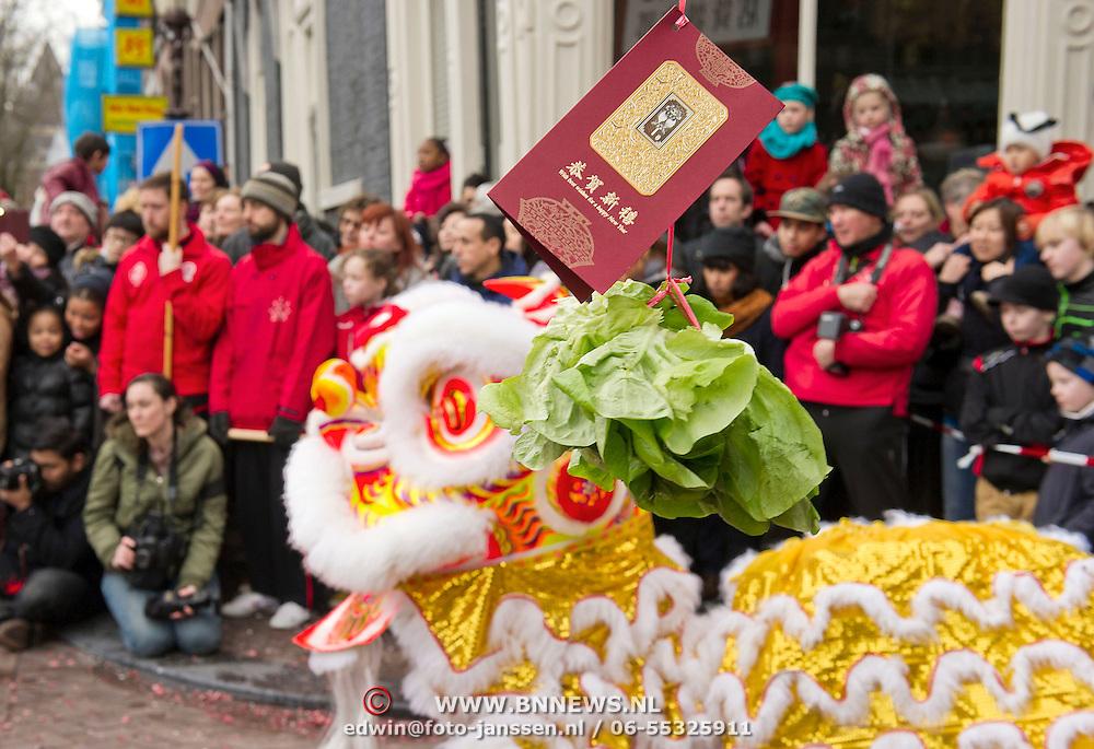 In 2014 valt het Chinees Nieuwjaar op 31 januari. Het Chinees Nieuwjaar valt in 2014 op vrijdag 31 januari en wordt in Amsterdam op zaterdag 1 februari gevierd.2014 is het Jaar van het Paard en dat wordt vandaag uitbundig gevierd in Amsterdam. Volgens de Chinese jaartelling zijn we het jaar 4711 ingegaan.Chinees Nieuwjaar is het belangrijkste feest van de Chinezen en wordt wereldwijd in de Chinese gemeenschappen gevierd. Met veel lawaai en kleur viert de Chinese gemeenschap jaarlijks het Nieuwjaarsfeest op de Nieuwmarkt en op de Zeedijk, waar de Chinese buurt van de hoofdstad is. Leeuwen- en drakendansen moeten de boze geesten verjagen. De krop sla en de envelop staan voor geluk en voorspoed voor het komende jaar als eet door de draak word gegeten en meegenomen.