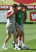 Fotball<br /> Trening Arsenal<br /> 21.07.2009<br /> Foto: Gepa/Digitalsport<br /> NORWAY ONLY<br /> <br /> Bild zeigt Physiotherapeut Colin Lewin, Samir Nasri und Mannschaftsarzt Gary O Driscoll (Arsenal)