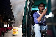 Rushti Yazar im Bus auf den weg nach Düsseldorf. Jede Woche bringt Hakim in seinem Minibus acht Arbeiter in die Bundes - republik, knapp 400 sind es pro Jahr, Tausende kommen auf anderen Wegen und jagen hier einem Traum nach von Wohlstand und Aufstieg.