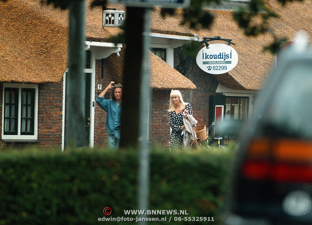 1e foto van Linda de Mol en nieuwe vriend Sander Vahle bij de makelaar in Laren
