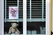 Nederland, Ubbergen, 6-4-2020 In het hele land staan duizenden beren voor de ramen, zodat kinderen knuffels kunnen zoeken als ze even een frisse neus halen. Na België en Australie is er een Nederlandse versie van de zogenoemde Berenjacht ontstaan. Het spel helpt kinderen in een tijd van corona met buitenspelen. Foto: Flip Franssen