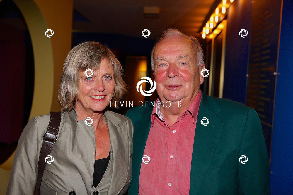 GOUDA - In De Goudse Schouwburg is de premiere van 'Word u al geholpen' geweest. Met op de foto  Rob van de Meeberg en partner. FOTO LEVIN DEN BOER - PERSFOTO.NU