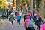 Nederland, Milsbeek, 17-11-2018Sinterklaas en zwarte Piet bereiden zich voor op hun intocht. Hier komen ze net aangelopen. Omdat het paard nogal schichtig is gebaard de begeleidster de aanstormende kinderen te stoppen.Foto: Flip Franssen