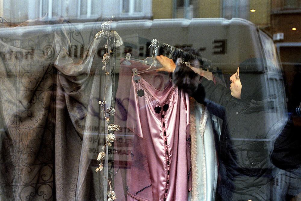 Magasin de la pionnière de mode musulmane Karima Saouli à Bruxelles en Belgique, 2006. <br /> Karima Saouli, pioneer of muslim fashion design, in her store in Brussels, 2006.
