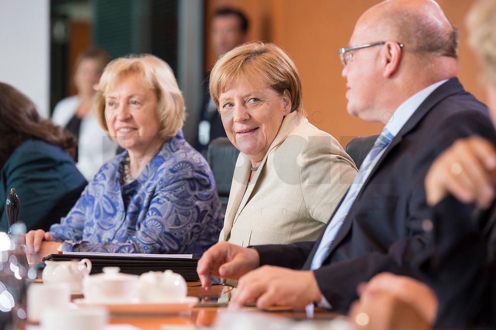 30 AUG 2017, BERLIN/GERMANY:<br /> Maria Boehmer (L), CDU, Staatsministerin im Auswaertigen Amt und für Auswaertige Kultur- und Bildungspolitik, Angela Merkel (M), CDU, Bundeskanzlerin, und Peter Altmeier (R), CDU, Kanzleramtsminister, vor Beginn der Kabinettsitzung, Bundeskanzleramt<br /> IMAGE: 20170830-01-008<br /> KEYWORDS: Kabinett, Sitzung