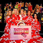 NLD/Amsterdam/20100531 - 1e Repetitiedag Crazy Shopping de Musical, Miranda van Kralingen, Casey Fransisco, Calolina Mout en Antje Monteiro en Tony Neef snijden de taart aan