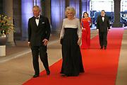 Afscheidsdiner Koningin Beatrix in Rijksmuseum. Het afscheidsdiner wordt gehouden in de Eregalerij van het 2 weken geleden door de koningin heropende museum. <br /> <br /> Farewell Dinner Queen Beatrix at Rijksmuseum. The farewell dinner will be held in the Hall of Fame of two weeks ago reopened by the Queen museum.<br /> <br /> Op de foto / On the Photo:  Charles The Prince of Wales , Camilla, hertogin van Cornwall / The Prince of Wales and Camilla, Duchess of Cornwall