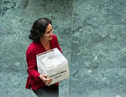 """24.09.2015, Parlament, Wien, AUT, Parlament, Nationalratssitzung, Sondersitzung des Nationalrates mit einer Dringlichen Anfrag der FPÖ an den Bundeskanzler unter dem Titel """"Österreich im Ausnahmezustand – sichere Grenzen statt Asylchaos."""" im Bild Grüne Klubobfrau Eva Glawischnig mit Box """"Flüchtlingshilfe"""" // Leader of the parliamentary group the greens Eva Glawischnig<br />  during meeting of the National Council of austria according to refugee crisis in europe at austrian parliament in Vienna, Austria on 2015/09/24, EXPA Pictures © 2015, PhotoCredit: EXPA/ Michael Gruber"""