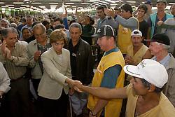 A candidata ao governo do Estado do RS Yeda Crusius durante visita ao pavilhão da CEASA. FOTO: Jefferson Bernardes/Preview.com