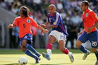 Fotball<br /> EM U21<br /> Frankrike v Nederland<br /> Foto: Dppi/Digitalsport<br /> NORWAY ONLY<br /> <br /> FOOTBALL - UNDER 21 EUROPEAN CHAMPIONSHIP 2006 - FINAL TOURNAMENT - 1/2 FINAL - FRANCE v NETHERLANDS - 01/06/2006 - JULIEN FAUBERT (FRA) / URBY EMANUELSON / DEMY DE ZEEUW (NET)