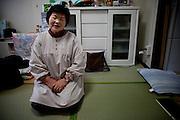Onagawa  Kotomi AMBE -  logements provisoires Kasetsu jutaku  Mars 2012.Kotomi Ambe vit seule dans un logement provisoire depuis le mois daoût 2011.  Son fils, qui est dans une même situation lui rend visite régulièrement.  Depuis peu, elle pense à quitter se logement pour faire construire une nouvelle maison. Seulement, elle ne sait pas encore où aller.