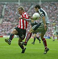 Fotball<br /> England 2004/2005<br /> Foto: SBI/Digitalsport<br /> NORWAY ONLY<br /> <br /> Sunderland v Stoke City, Coca-Cola Championship, Stadium of Light, Sunderland 08/05/2005.<br /> <br /> Sunderland's Chris Brown (L) battles with Stoke's Clive Clarke (R).
