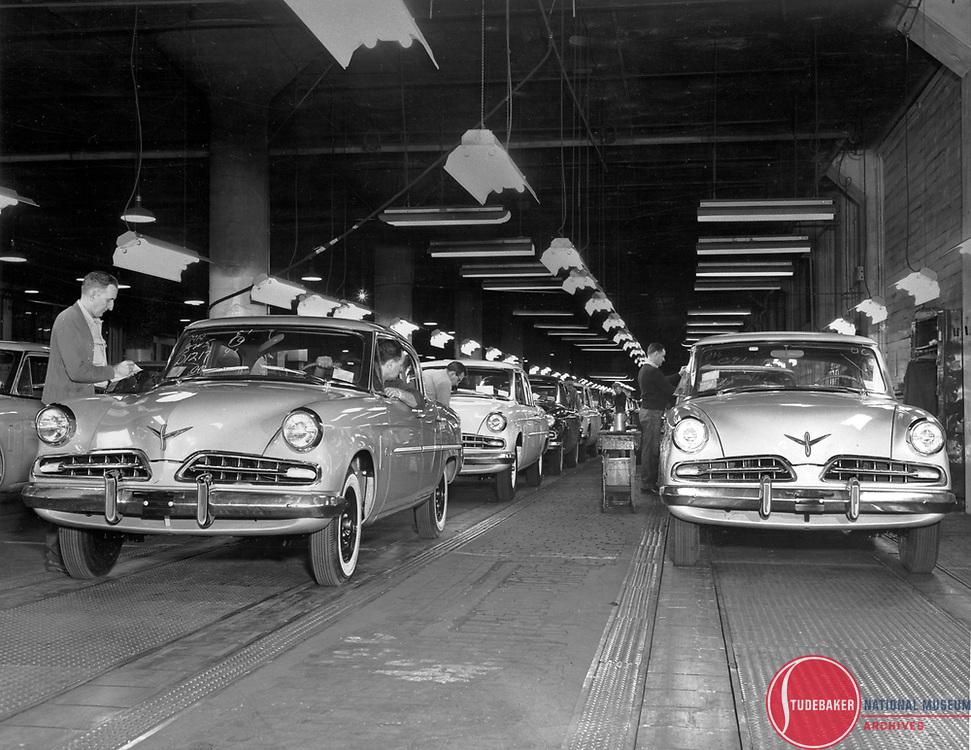1954 Studebaker final assembly line.