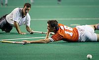 WK Hockey (mannen). Nederland-Nieuw Zeeland 4-0. Jaap Derk Buma (r) wordt hard te val gebracht door de Nieuwzeelander Blair Hopping, die hiervoor een gele kaart kreeg.