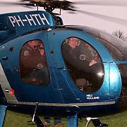 Dhr. Petten neemt afscheid van het Erfgooierscollege met een helicoptervlucht