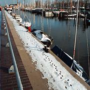 Haven van Huizen met besneeuwde oevers