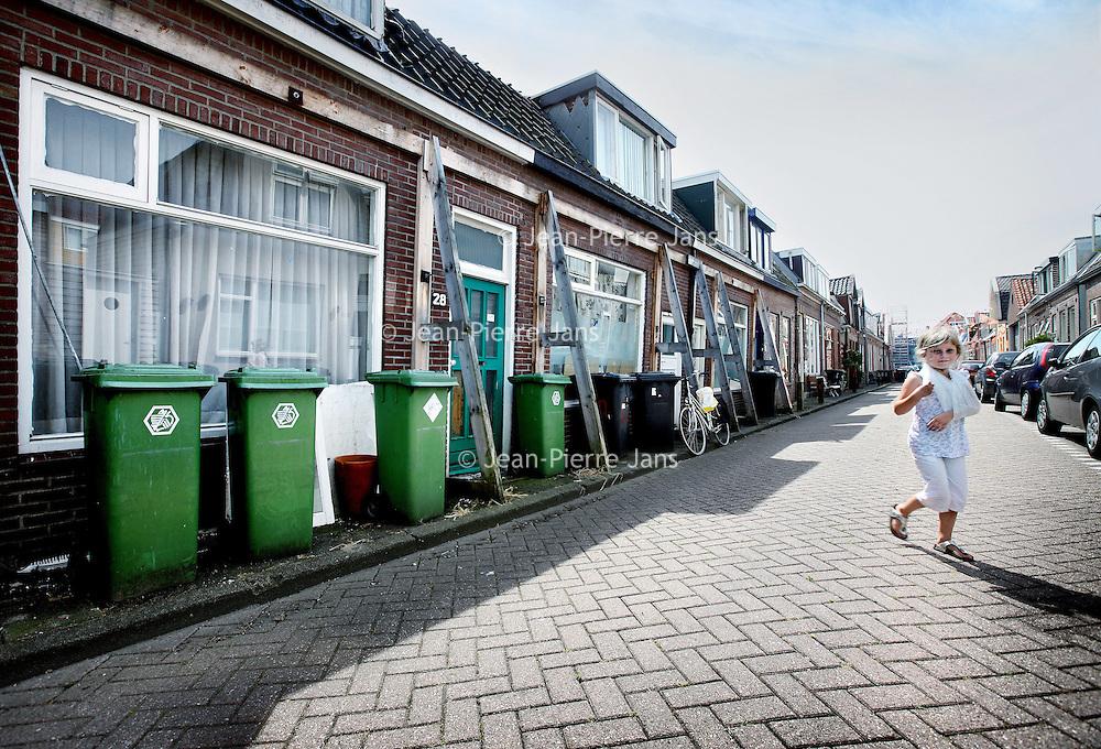 Nederland, Zaandam , 30 juni 2010..Verzakte woningen in de Schoolmeesterstraat..Subsided houses in the city of Zaandam.