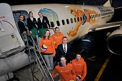 02-02-2012 VOLLEYBAL: TRANSAVIA SPONSOR BEACHVOLLEYBAL: SCHIPHOL OOST<br /> Michelle Stiekema, Marloes Wesselink, Bram Gräber van Transavia,  Christiaan Varenhorst en Jon Stiekema en het gesponsorde Transavia vliegtuig dat met de aankondiging van het EK Beachvolleybal dat eind mei in Scheveningen wordt gehouden, zal rondvliegen.. <br /> ©2012-FotoHoogendoorn.nl