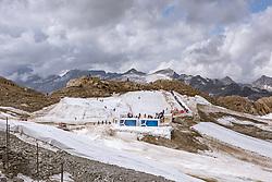THEMENBILD - Touristen am Kitzsteinhorn Gletscher an einem heissen Sommertag, aufgenommen am 13. August 2018 in Kaprun, Österreich // Tourists spend their time on the Kitzsteinhorn Glacier on a hot summer day, Kaprun, Austria on 2018/08/13. EXPA Pictures © 2018, PhotoCredit: EXPA/ JFK