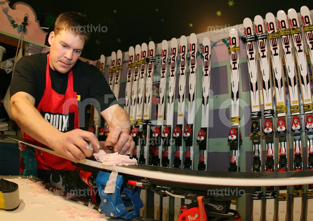 Ski Alpin; Saison 2006/2007  77. Weltcup Abfahrt Herren Haed Servicemann Chris Krause von Skirennlaeufer Didier Cuche (SUI) praepariert Abfahrtsski