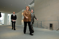 10 JAN 2007, BERLIN/GERMANY:<br /> Angela Merkel (L), CDU, Bundeskanzlerin, und Franz Muentefering (R), SPD, Bundesarbeitsminister, auf dem Weg zu einer Pressekonferenz zu den Ergebnissen der vorangegangenen Kabinettsitzung, Bundeskanzleramt<br /> IMAGE: 20070110-01-003<br /> KEYWORDS: Franz Müntefering