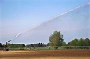 Nederland, Groesbeek, 24-2-2020 Een boer beregent zijn akker nat dmv een waterkanon. Het water wordt uit een put in de grond opgepompt en is dus grondwater. Foto: Flip Franssen