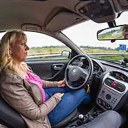 20160625 Vrouw rijdend in haar auto