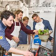 NLD/Hiuizen/20190108 - '1 Minuut gratis winkelen met Radio 538', Daniel Lippens, Sander lantinga, Coen Swijnenberg helpen uitpakken voor een winnares