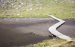 THEMENBILD - die Wasserknappheit in den Bergen ist am Wasserstand der Fuscher Lacke gut sichtbar. Die Grossglockner Hochalpenstrasse verbindet die beiden Bundeslaender Salzburg und Kaernten mit einer Laenge von 48 Kilometer und ist als Erlebnisstrasse vorrangig von touristischer Bedeutung, aufgenommen am 09. August 2018 in Fusch an der Glocknerstrasse, Österreich // the water scarcity in the mountains is clearly visible at the water level of the Fuscher Lacke. The Grossglockner High Alpine Road connects the two provinces of Salzburg and Carinthia with a length of 48 km and is as an adventure road priority of tourist interest, Fusch an der Glocknerstrasse, Austria on 2018/08/09. EXPA Pictures © 2018, PhotoCredit: EXPA/ Stefanie Oberhauser