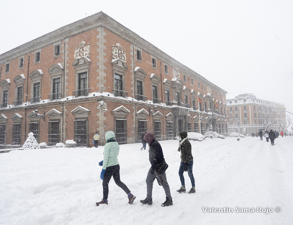 Madrid, Spain. 9 th January, 2021. People walking at Mayor street under a heavy snowfall. Storm Filomena hits Madrid (Spain), a weather alert was issued for cold temperatures and heavy snow storms across Spain; according to the weather agency Aemet is expected to be one of the snowiest days in recent years. © Valentin Sama-Rojo.